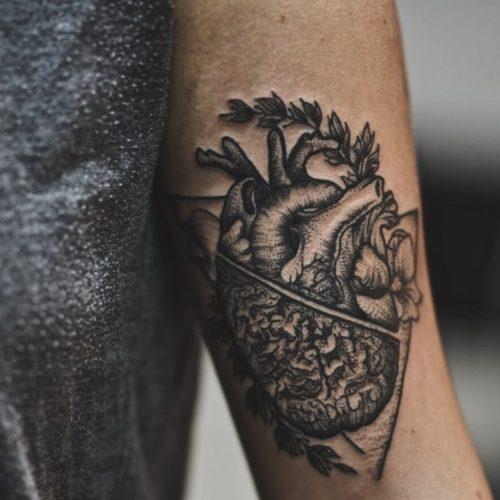 קעקוע גרפי של לב ומוח