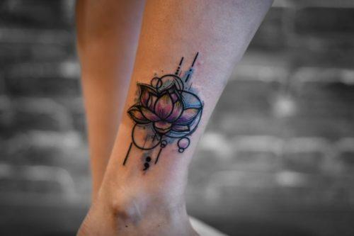 קעקוע צבעוני של פרח