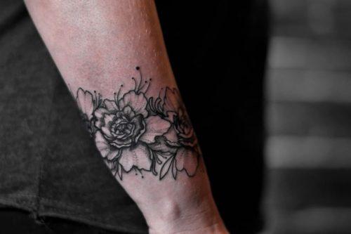 קעקוע של פרחים על היד