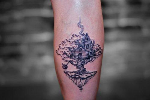 קעקוע גרפי של בית על העץ
