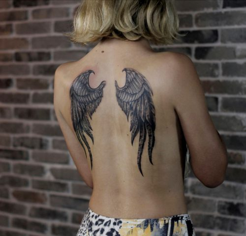 קעקוע של כנפיים על הגב