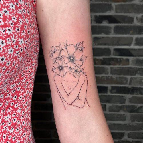 קעקוע קווים - גוף של אישה עם פרחים במקום ראש - על היד